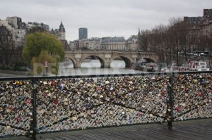 1355628962-locks-of-love-on-the-pont-des-arts-in-paris_1679301